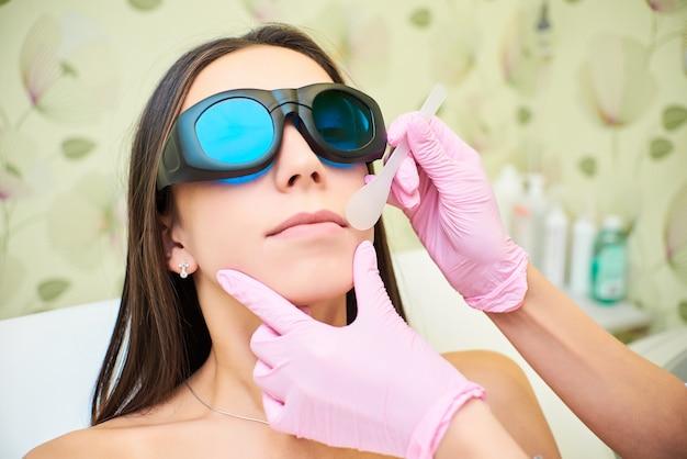 Salon de beauté, épilation au laser, médecin et patient