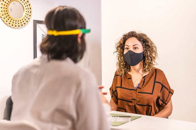 Salon de beauté, réouverture après la pandémie de coronavirus avec des mesures de sécurité. un client avec un masque facial dans le salon de beauté. covid-19