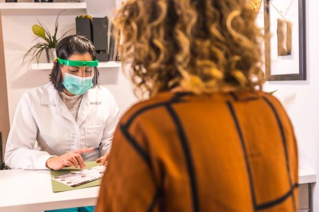 Salon de beauté, réouverture après la pandémie de coronavirus avec des mesures de sécurité. médecin offrant un budget dans le salon de beauté avec des mesures de sécurité. covid-19