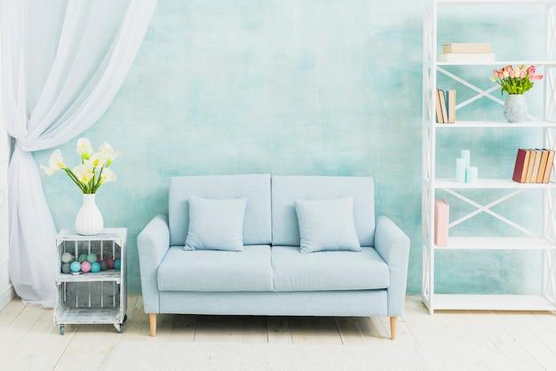 Salon bleu décoré de fleurs