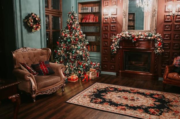 Salon en bois sombre classique et bibliothèque intérieur nouvel an avec sapin de noël rougeoyant magique