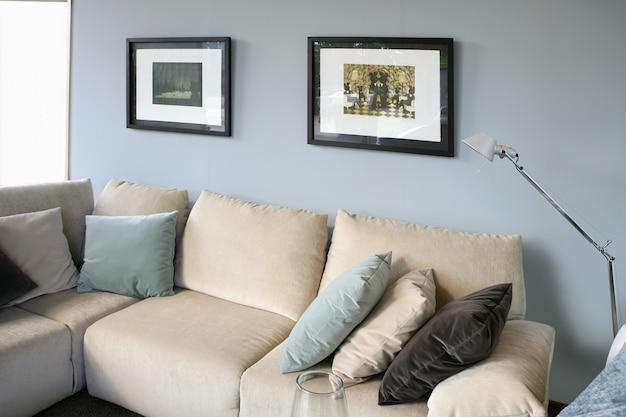 Salon avec canapé et mur bleu