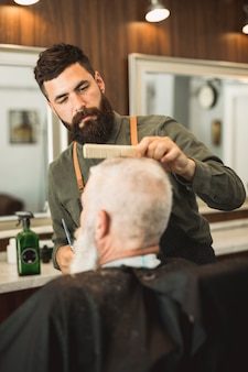 Salon de coiffure adulte couper les cheveux des clients au salon de coiffure