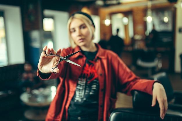 Salon de coiffure. barbier féminin au salon. égalité des sexes