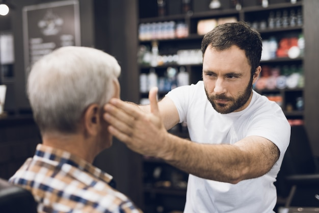 Salon de coiffure et client en studio de coiffure