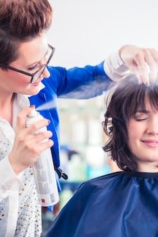 Salon de coiffure coiffant une femme dans une boutique