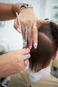 Salon de coiffure coupe fille rousse.