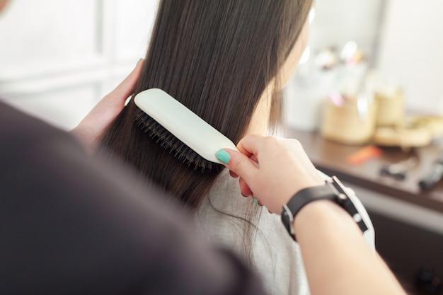 Salon de coiffure fait coiffure de femme