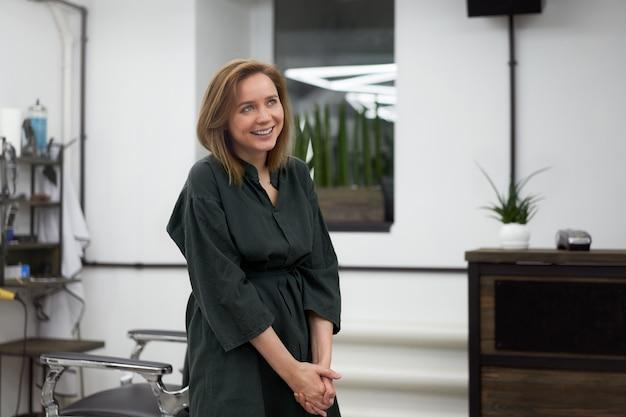 Salon de coiffure femme debout dans un salon de coiffure