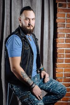 Salon de coiffure, un homme avec une barbe coupe coiffeur