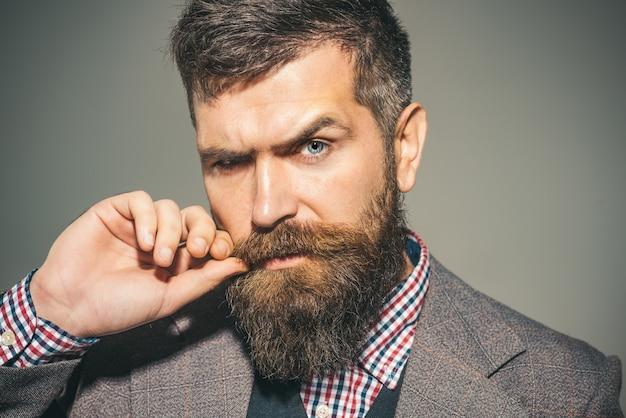 Salon de coiffure. homme barbu à la mode. salon de coiffure pour hommes. vêtements élégants.