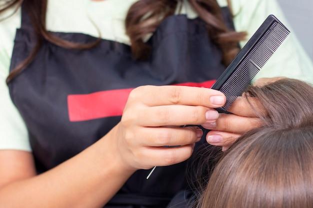 Salon de coiffure pour femmes, salon de beauté. styliste professionnel