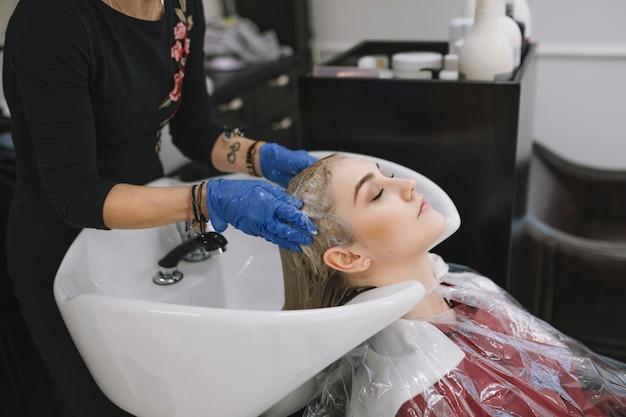 Salon de coiffure prenant soin de client dans le salon