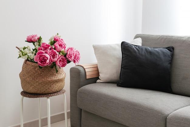 Salon confortable avec canapé et panier de fleurs
