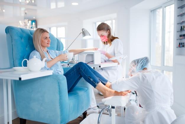 Salon de cosmétologie, procédure de manucure et pédicure.
