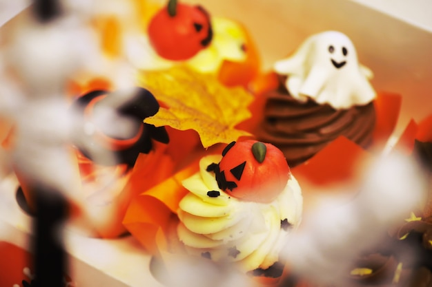 Salon décoré sur le thème d'halloween. intérieur de la maison familiale de la saison d'halloween. fond de décorations traditionnelles d'halloween.