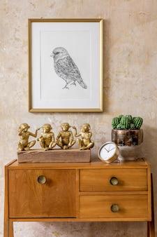 Salon élégant avec commode vintage, cadre photo en or, horloge en or, décoration, mur grunge et accessoires personnels élégants dans un décor rétro moderne.