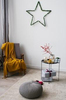 Salon avec fauteuil et table basse, décoré pour noël et le nouvel an