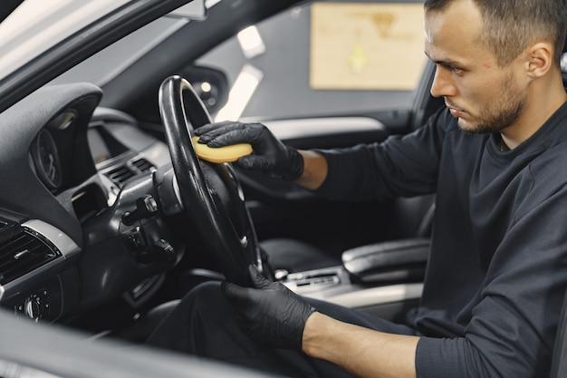 Salon de l'homme polonais de voiture dans un garage