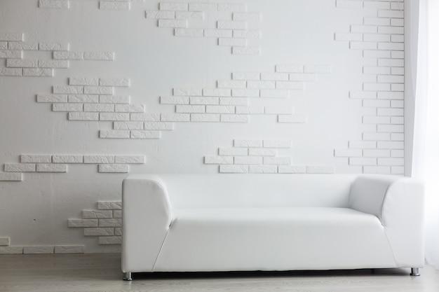 Salon de l'hôtel. beau salon avec canapé blanc. white concept living room interior.