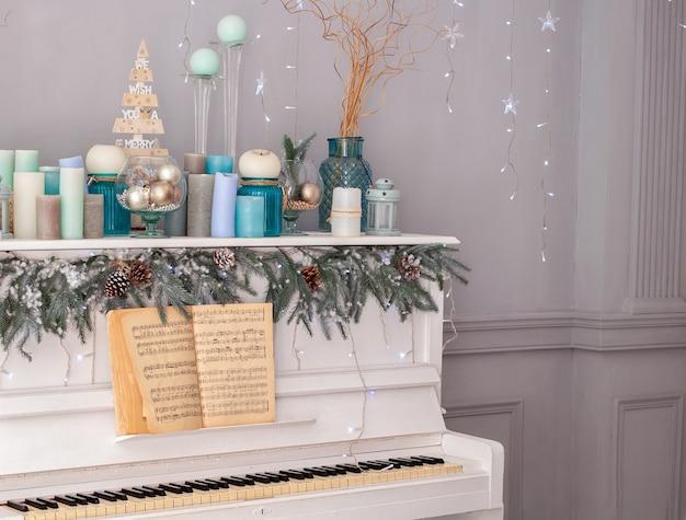 Salon intérieur décoré dans un style classique avec piano blanc