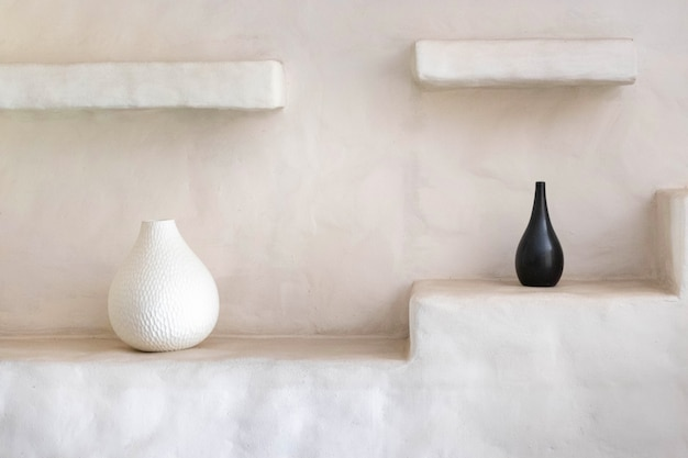 Salon intérieur avec vase noir et blanc à la maison