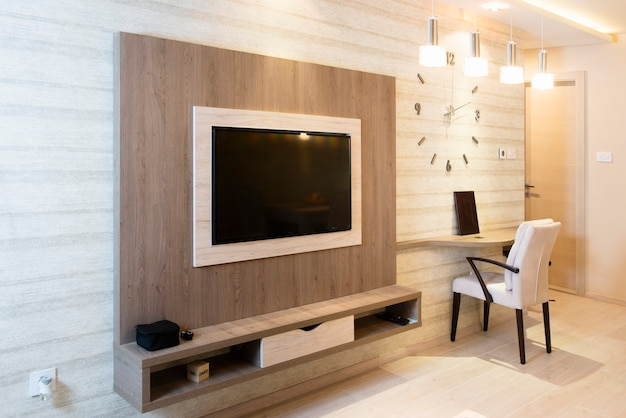 Salon moderne et confortable avec des appareils intelligents