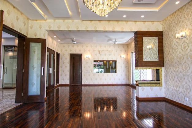 Salon moderne, vide et luxueux