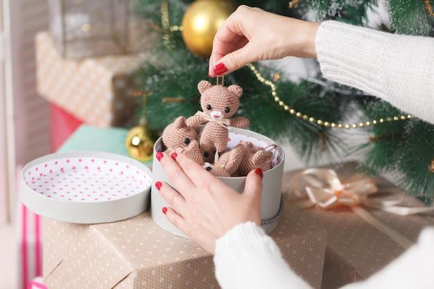 Salon de noël avec arbre de noël et cadeaux en dessous