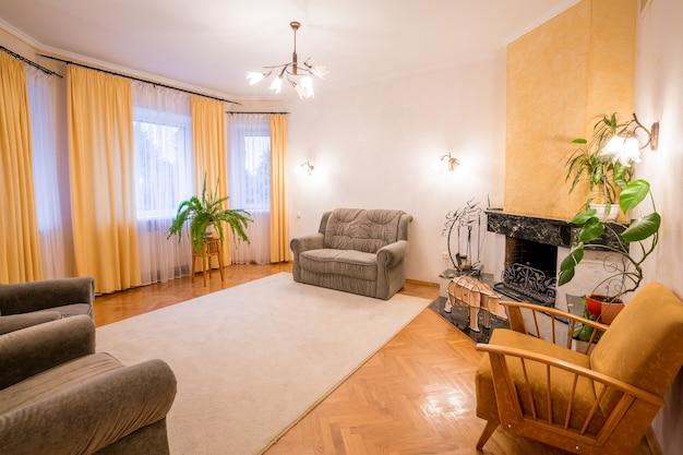 Salon avec plancher de bois. accueil