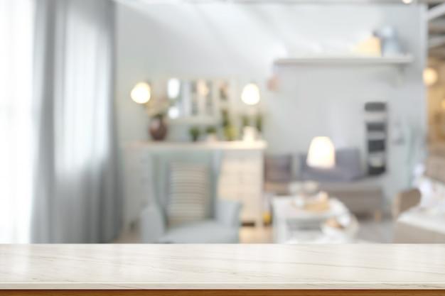 Salon avec plateau en marbre blanc.