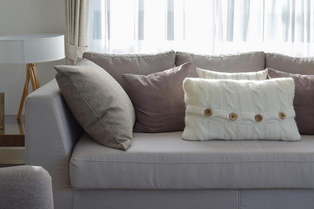 Salon avec rangée de coussins gris sur le canapé à la maison