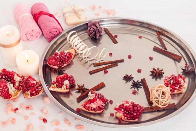Salon de spa avec grenade, cannelle et anis pour pédicure et manucure sur fond de bois blanc