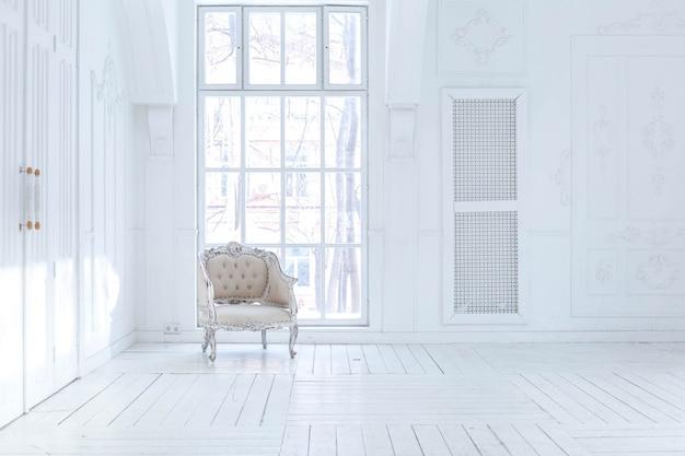 Salon spacieux et lumineux avec un design classique élégant avec un décor ancien et de beaux meubles chics à l'ancienne