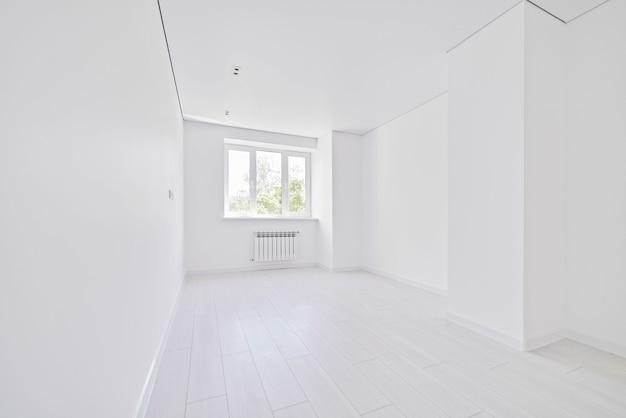 Salon vide blanc clair moderne avec fenêtre. personne