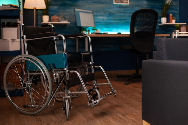 Salon vide avec fauteuil roulant et outils de marche