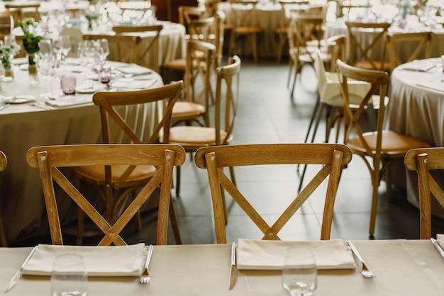 Salon vide d'un restaurant avec tables, chaises et couverts rétro.