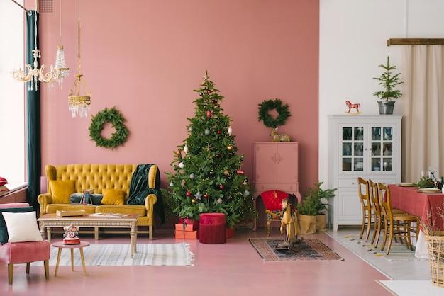 Salon vintage décoré pour noël et nouvel an
