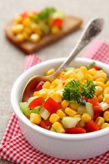 Salsa de maïs maison dans un bol blanc avec une cuillère