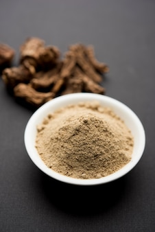 Salsepareille ayurvédique indienne, hemidesmus indicus ou ananthamoola ou naruneendi ou nannari en vapeur séchée et poudre