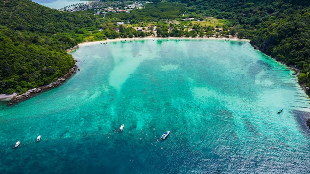 Salut saison bateau et les touristes sur la vue aérienne de l'île de phrabie krabi thaïlande du drone