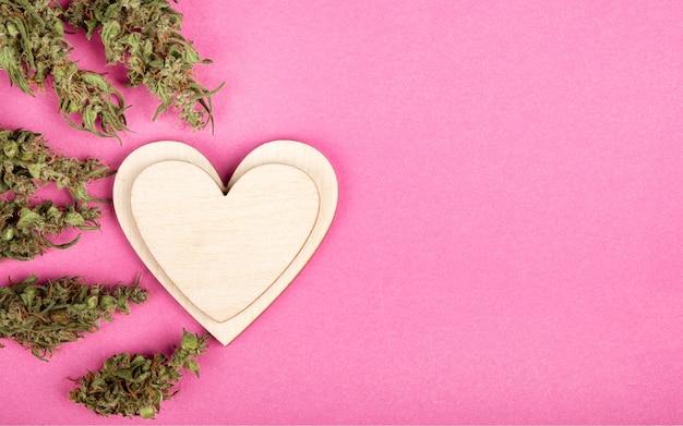 Salutation coeur valentine et bourgeons de cannabis avec espace de copie.
