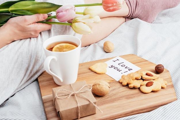 Salutation du matin de votre fille préférée. petit déjeuner, fleurs et cadeau au lit. félicitations pour la saint-valentin le 14 février.