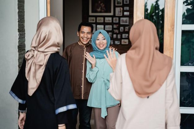 Salutation de famille musulmane à la maison accueillante