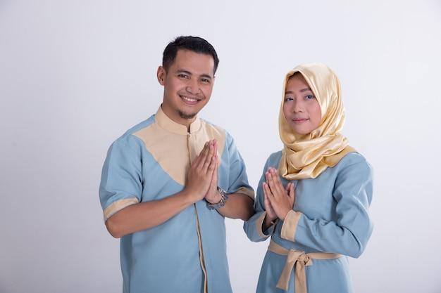 Salutation de jeune couple musulman