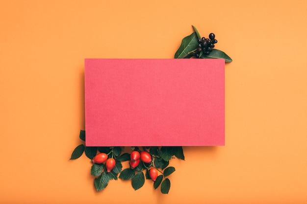 Salutation de vacances. papier vierge rose. arrangement festif de rose musquée.