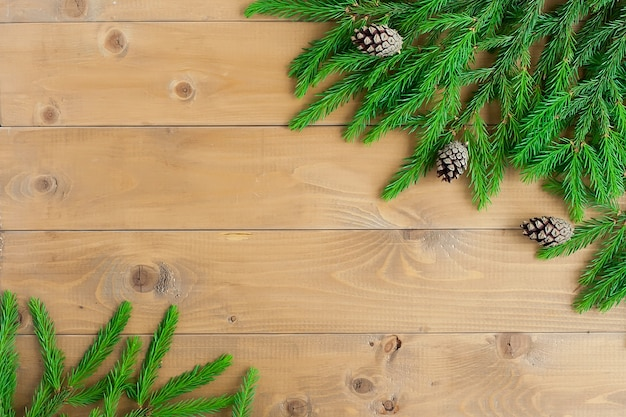 Salutations du nouvel an. les branches de sapin sont disposées sur un fond marron