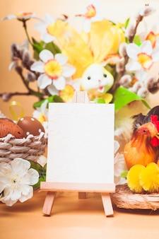 Salutations de pâques avec des œufs, des fleurs et du poulet