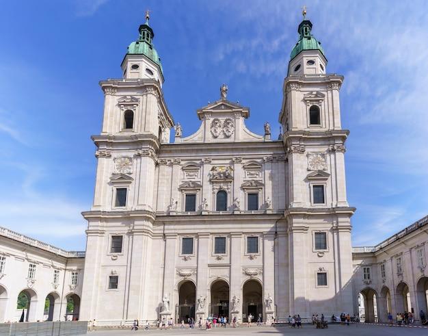Salzbourg , Autriche - 10 Septembre 2018 : Touristes Visitant La Cathédrale De Salzbourg , Cathédrale Baroque De L'archidiocèse Catholique Romain De Salzbourg Photo Premium