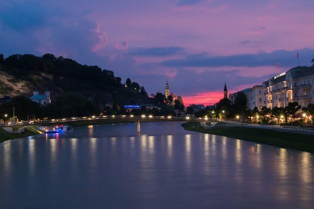 Salzbourg, autriche - 27 juin 2016 : vue panoramique de la ville de salzbourg, autriche, europe. journée d'été avec ciel du soir